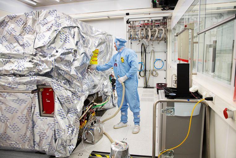 Een machine bij chipmachinefabrikant ASML wordt gereed gemaakt voor transport.  Beeld HH, Ton Toemen