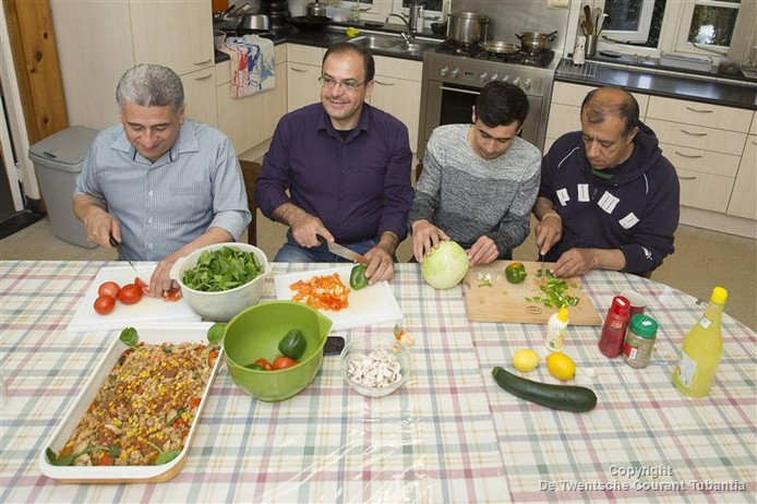 V.l.n.r.: Wadah, Suhiel, Hasib en Faez bereiden het eten, met vooral veel verse groenten en specerijen, in woongemeenschap De Wonne.