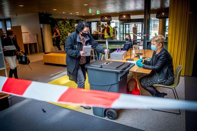 Een Wijchense brengt haar stem uit terwijl Nelly ten Buren (rechts) toekijkt.