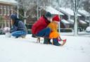 Aan de Spoorlaan in Oss werd kortstondig genoten van de sneeuw.