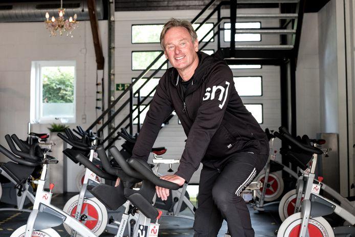 Peter van de Zande mag nu weer binnen lesgeven, maar wie niet gelijk durft, geeft hij persoonlijke aandacht buiten de sportschool.