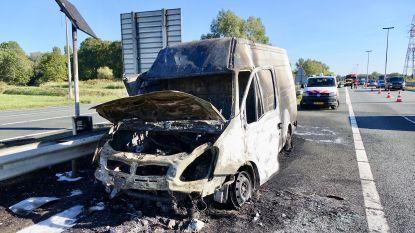 Bestelwagen op A12 richting Nederland uitgebrand