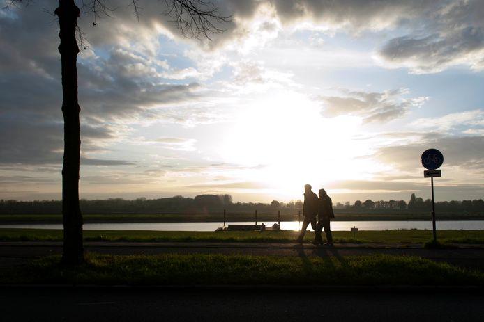 Piet Bonda (74) en zijn vrouw Cora Bonda Kras (72) tijdens een mooie avondwandeling langs de IJssel.