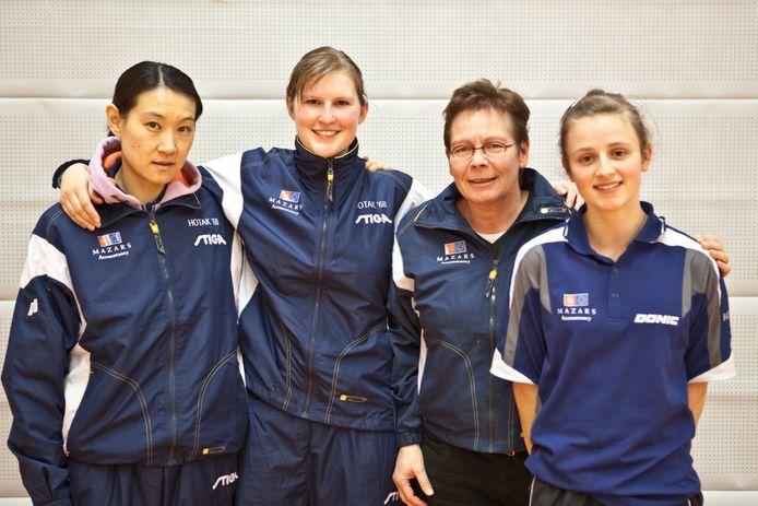 Marlies Somers ( tweede van rechts)  als coach van het team dat in 2011 als tweede eindigde in de strijd om het landskampioenschap. V.l.n.r: Li Nan Sun, Kimberly 't Hooft en Dianne Overbeeke.