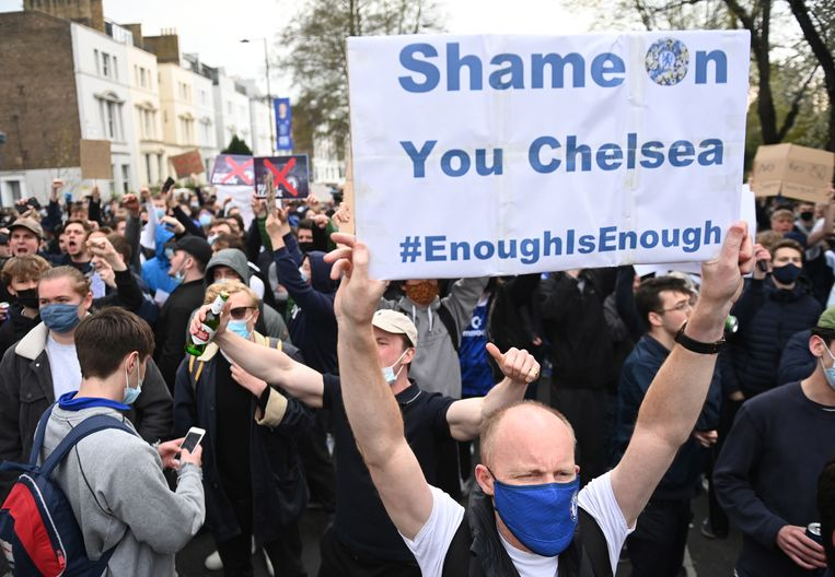 Chelsea-supporters protesteren dinsdagavond voor de wedstrijd tegen Brighton & Hove Albion buiten het stadion van de club. Ze nemen het Chelsea zwaar kwalijk dat de club mee wil doen met de Super League, een elitecompetitie van twaalf clubs uit Engeland, Spanje en Italië. Beeld EPA