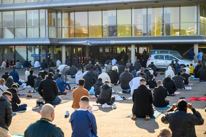Ruim 600 moslims komen bijeen om te bidden tijdens het suikerfeest in de parkeergarage van het Scala College in Alphen.