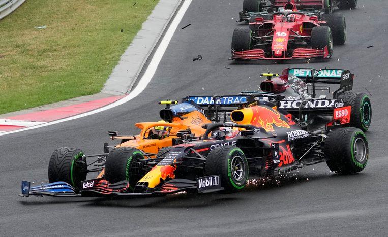 Max Verstappen, vooraan, met daarachter de Britse Lando Norris tijdens de Grand Prix op de Hungaroring. Beeld AP
