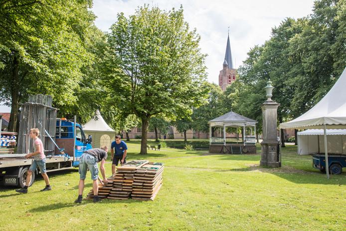 De opbouw van Muziekfestival Nisse in 2017.