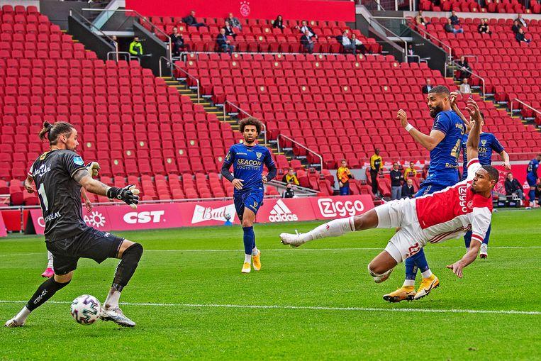 Sebastian Haller zet Ajax op een 2-0-voorsprong. Roy Gelmi is niet sterk genoeg om de spits te stoppen.  Beeld Guus Dubbelman / de Volkskrant