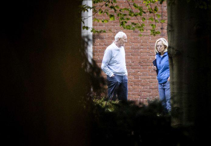 Johan Remkes (VVD) en Sigrid Kaag (D66) in de tuin van landgoed De Zwaluwenberg tijdens de voortgang van de formatiegesprekken. De onderhandelaars praten twee dagen op het landgoed over de vorming van een nieuwe regering.