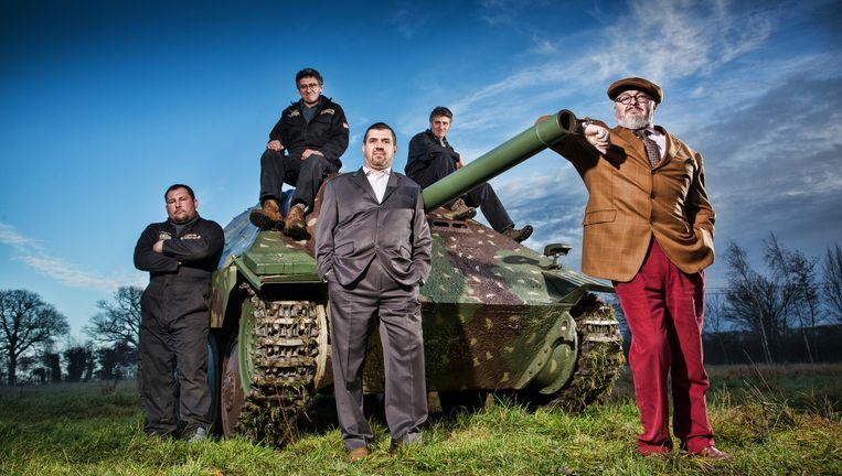 In 'Combat Dealers' op Discovery Channel trekken Bruce Crompton (r.) en zijn team naar voormalige slagvelden. Beeld DISCOVERY COMMUNICATIONS