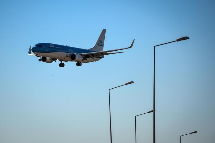 Een vliegtuig  bij het vliegveld van Lissabon.