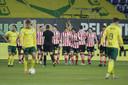 Spelers van Sparta vieren feest na de 0-1, spelers van Fortuna treuren.