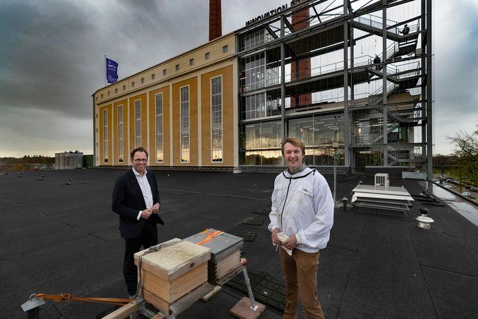 Boudie Hoogedeure (L) en Dirk de Brouwere bij de bijenkasten op het dak van Innovation Powerhouse TR,