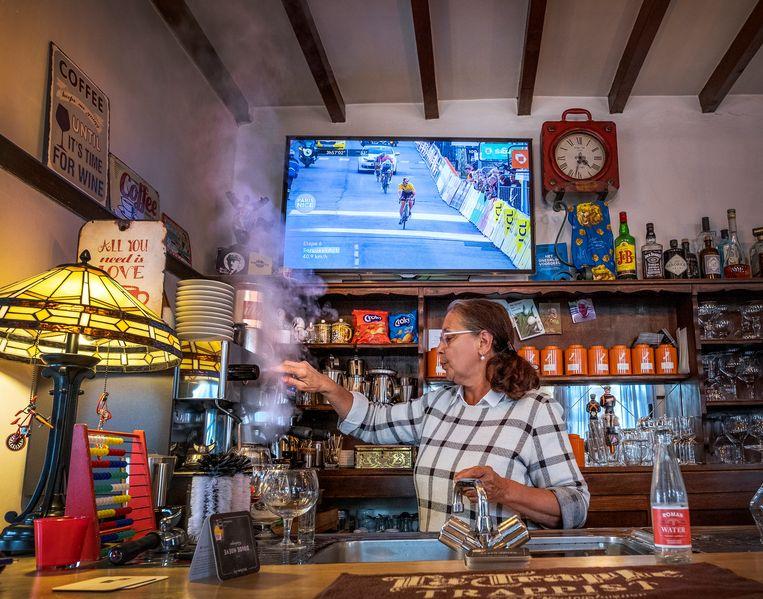 Barvrouw Joelle Coccioli heeft haar café voorlopig gesloten. Beeld Patrick Post