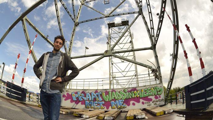 Joost Zwanenburg bij de graffiti op het betonblok van de Waddinxveense hefbrug: 'Misschien kan er een kunstwerk met vogels komen.'