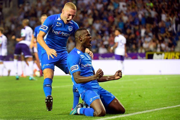 Samatta viert zijn goal met Casper De Norre.
