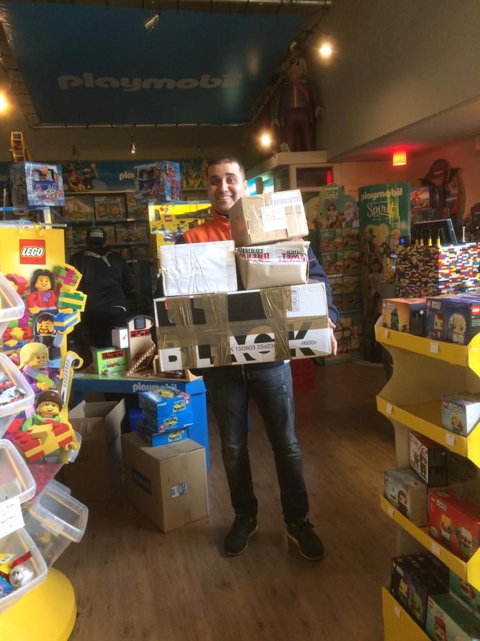 Een pakketbezorger levert speelgoed af voor Jayden.