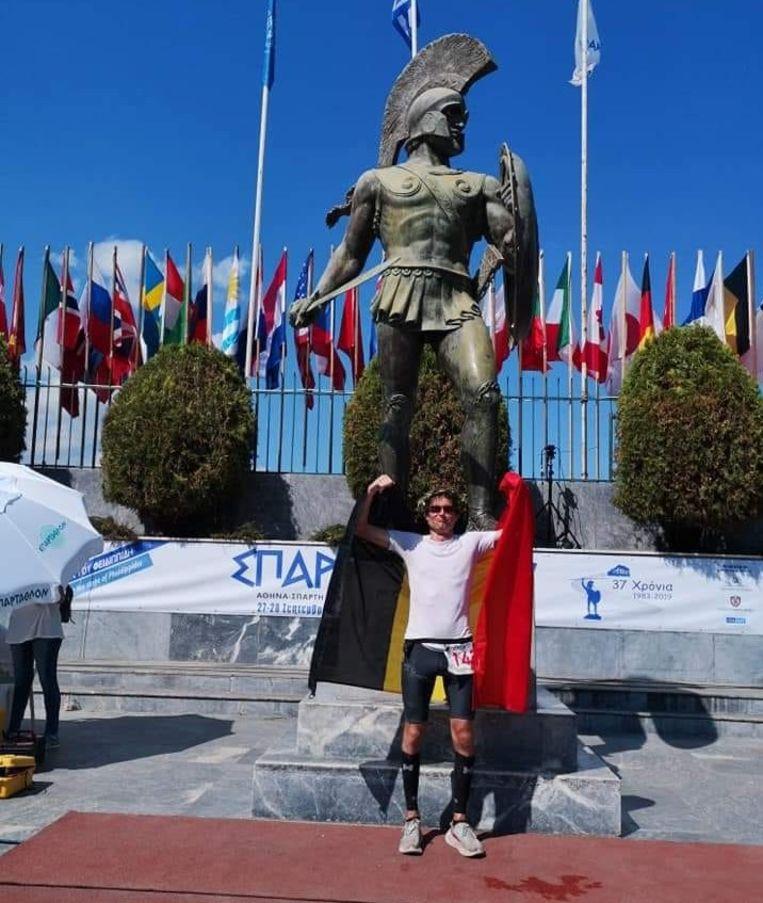 Joris Beaumon bij het standbeeld van Leonidas in Sparta.