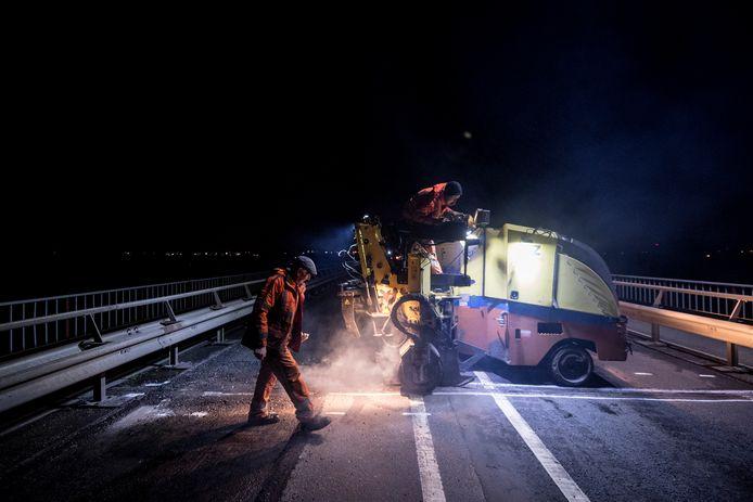 Het wegdek van de Rijnbrug tussen Kesteren en Rhenen wordt gerepareerd: daarom is de oversteek twee nachten afgesloten.