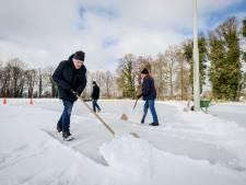 Met man en macht wordt gewerkt aan de ijsbanen in Hof van Twente: 'We hopen vrijdag open!'