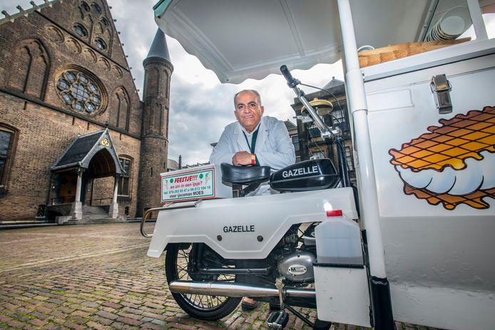 IJscoman Moes op zijn vaste stek op het Binnenhof. Zijn trouwe tweetakt ijskar van Gazelle mag de stad niet meer in.
