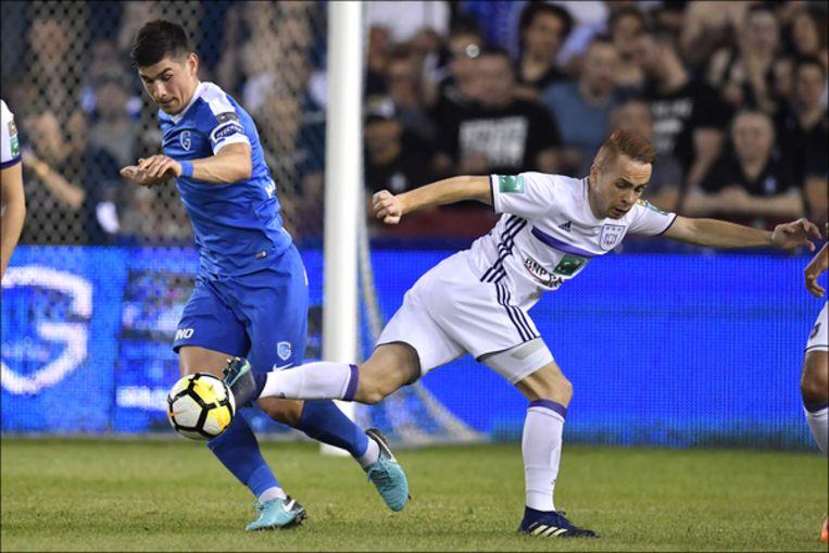 Malinovskyi en Trebel vechten een duel uit in de heenmatch van play-off 1. Genk won met 2-1.