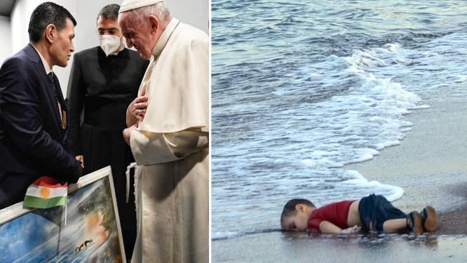 Paus ontmoet vader van overleden vluchtelingenjongetje op historische foto