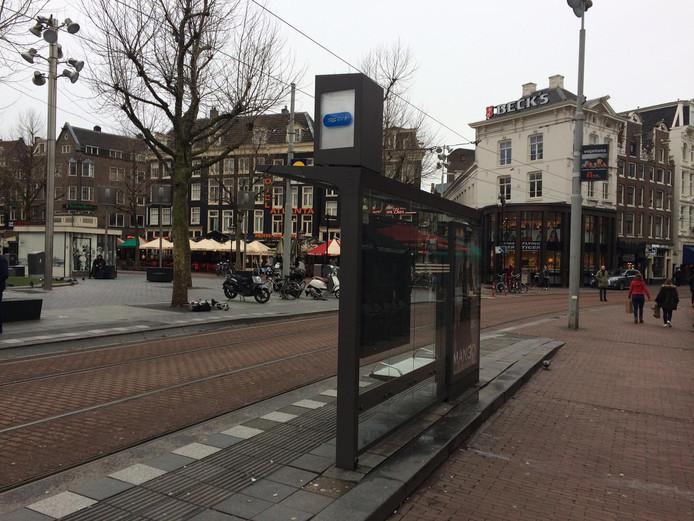 Een tram-abri op het Rembrandtplein in Amsterdam. De small cell van KPN zit verstopt achter de kap met het GVB-logo