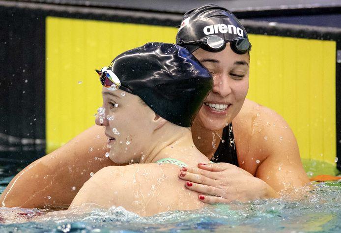 Ranomi Kromowidjojo (r) feliciteert Valerie van Roon met haar prestatie: plaatsing voor de Olympische Spelen.