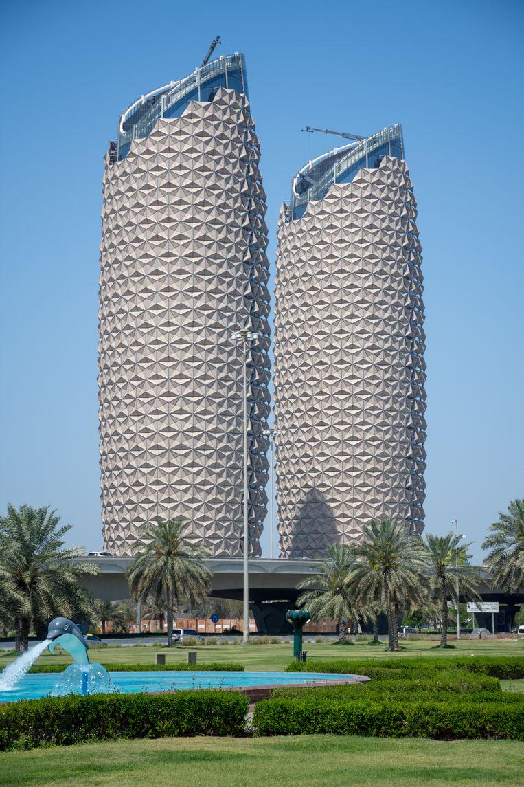 Al Bahr-torens in Abu Dhabi zijn bedekt met bewegende panelen die als zonneschermen dienen. Beeld Getty Images