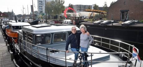 Aad en Ria varen al drie jaar rond op hun boot: 'Ria zit lekker boven, ik beneden en we zien elkaar bij de koffie'