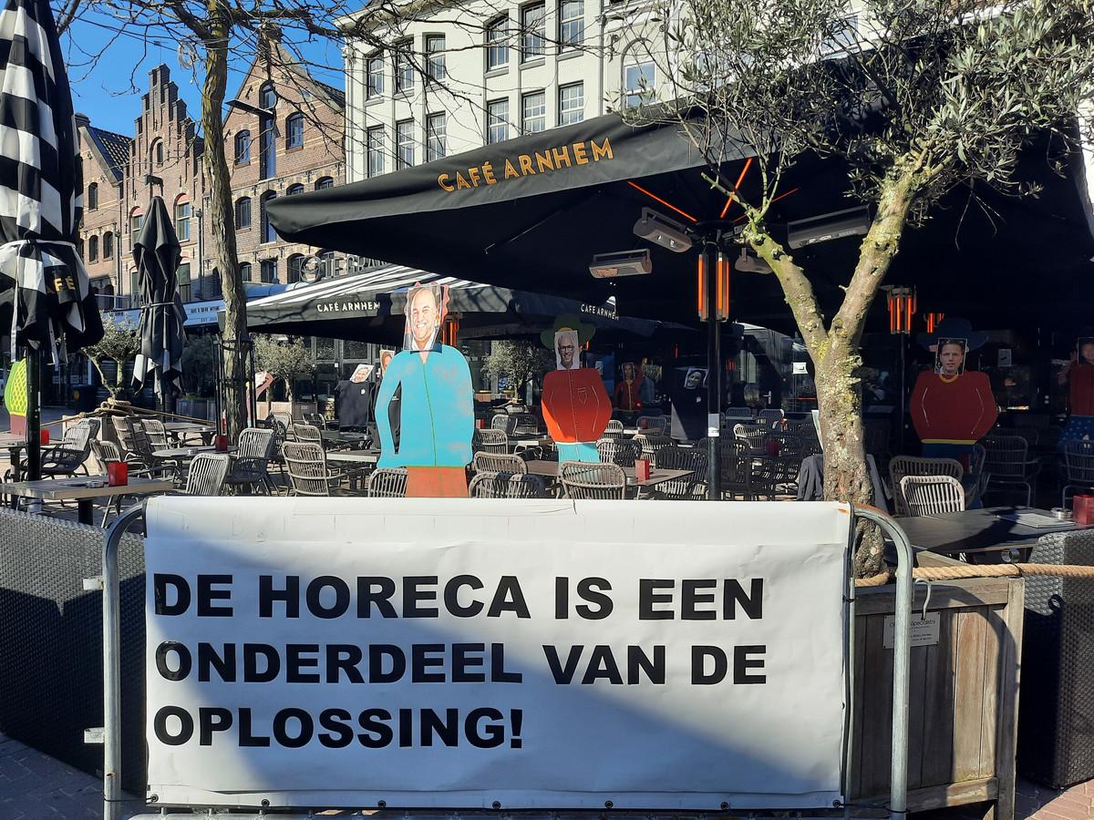 Actie op het terras van Café Arnhem.