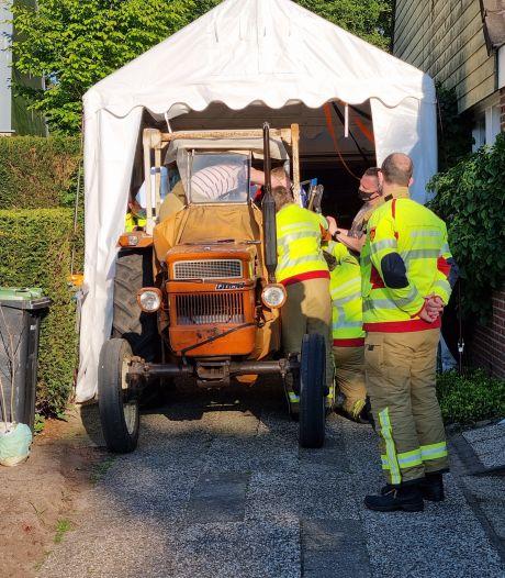 Peuter vast met vinger in dashboard tractor; brandweer biedt uitkomst