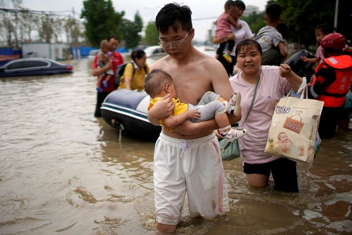 Er zijn zware overstromingen in de Chinese grootstad Zhengzhou.
