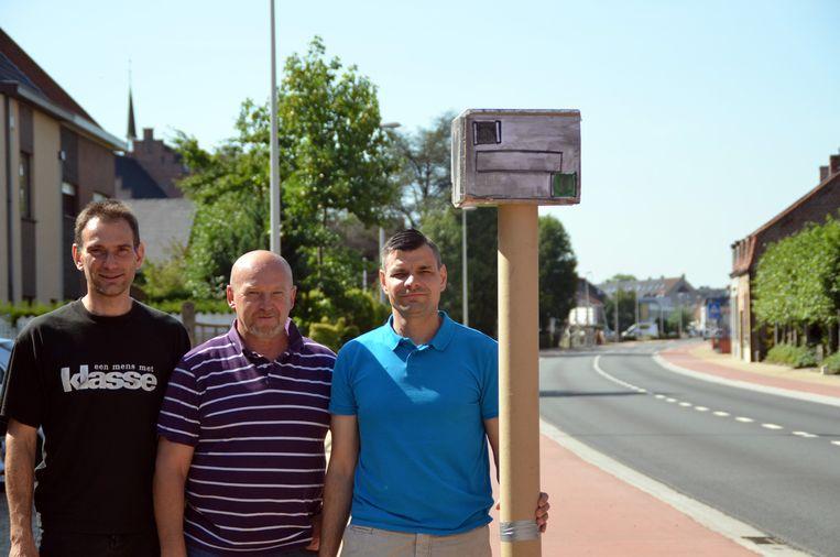 Gauthier Colledan, Ronny Vermeulen en Peter Broeren van N-VA bij hun kartonnen flitspaal.