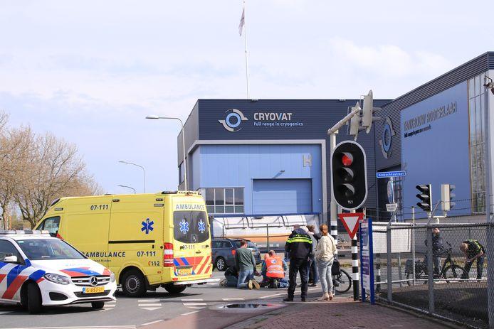 Een vrouw werd op de Nijverheidsstraat in Nijkerk geschept door een auto en werd met botbreuken afgevoerd naar het ziekenhuis.
