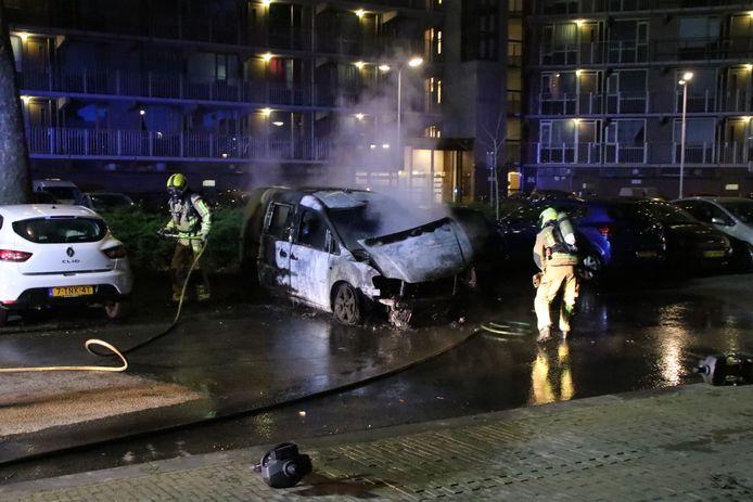 De brandweer bluste in de nacht van maandag op dinsdag een autobrand. In de auto lagen gasflessen.
