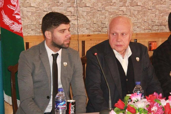 Anoush Dastgir (links) bij het ondertekenen van het contract.
