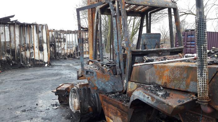 Het stalen karkas van de heftruck als stille getuigen van de decemberbrand.