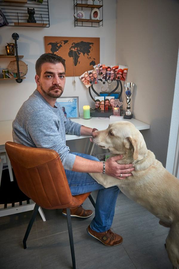 Jeroen met de hond van Kirsten. Op de achtergrond haar urn, met foto's.