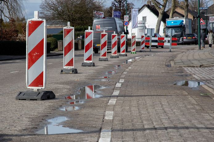 De weg Ginderover in Heeze is al vele malen opgelapt. Afgelopen winter nog (archieffoto).