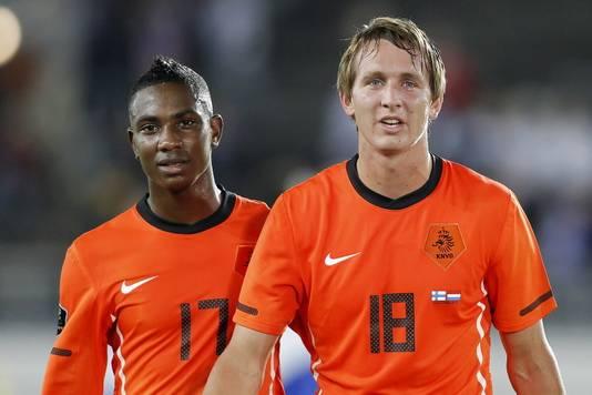 Elia (l) na Finland - Nederland met Luuk de Jong.