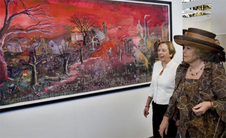 Koningin Beatrix loopt samen met Anneke Oele (directeur Art Amsterdam) langs een schilderij van Jantien Jongsma. De vorstin opent woensdagmiddag de 25e editie van Art Amsterdam in de Rai in Amsterdam. De jubileumeditie toont solopresentaties van 120 topgalerieen in de hedendaagse kunst. Foto ANP/Marcel Antonisse Beeld