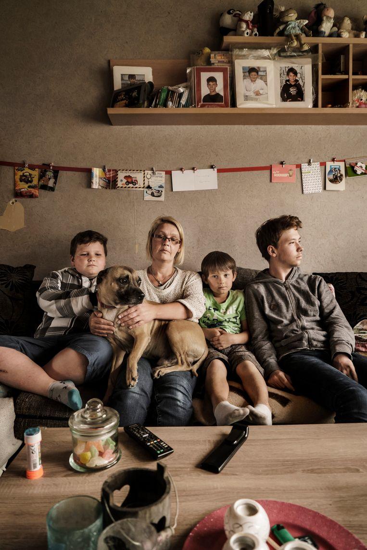 Mama Anja Verduin met haar zonen Yoshi (l.), Jarno en Zico (r.). Beeld Eric de Mildt