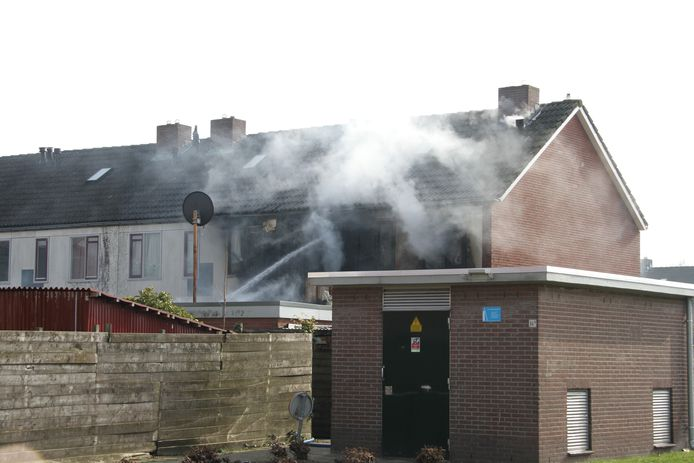 Een grote brand heeft woensdagmiddag een woning aan de Johan van Twickelostraat verwoest.