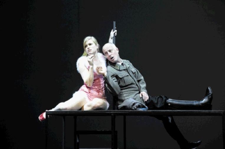 Lore Dijkman en Jack Vecht in een scÿne uit 'Verhalen uit het Weense Woud'. (FOTO BEN VAN DUIN) Beeld Ben van Duin