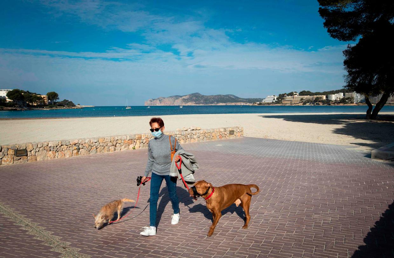De stranden en dijken in het Spaanse Calvia liggen er verlaten bij.