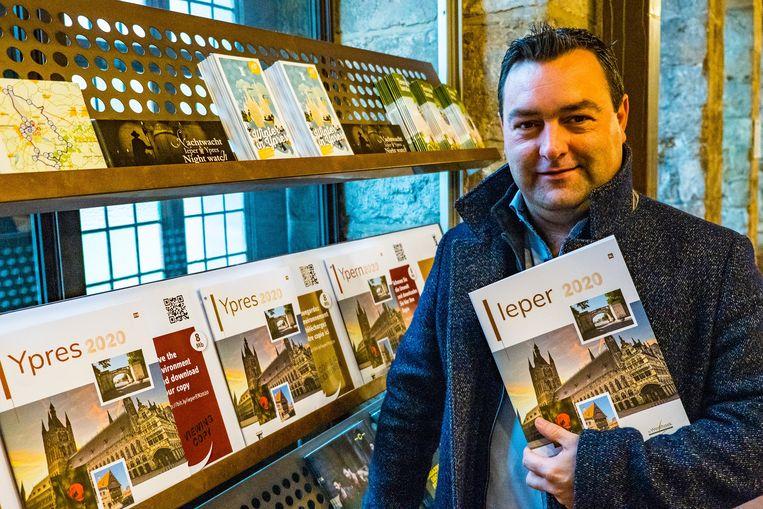 Schepen van Toerisme Diego Desmadryl met de nieuwe brochure.