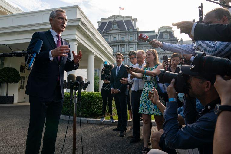 Navo-secretaris Jens Stoltenberg staat verslaggevers te woord na zijn ontmoeting met president Joe Biden op maandag 7 juni. Beeld AP
